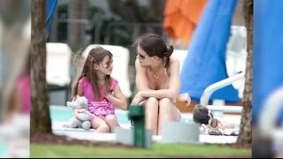 Katie Holmes prend un bain de soleil en bikini avec Suri Cruise