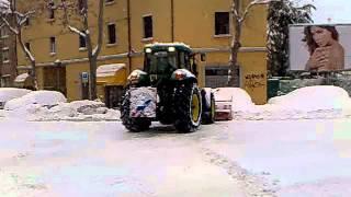 John Deer Con Spazza Neve A Bologna
