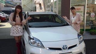 トヨタのプラグインハイブリッドカーに乗って、エコドライブを楽しむ女...