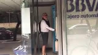 Ciudadano Captó Al Presentador De Séptimo Día, Manuel Teodoro, Fumando En Un Cajero.