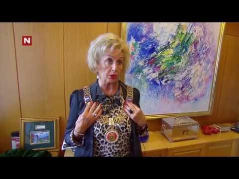 Trude viser frem ordførerkjedet
