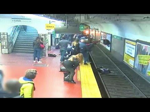 شاهد: أرجنتينيون يساعدون سيدة وقعت على سكة مترو الأنفاق في العاصمة…  - نشر قبل 3 ساعة