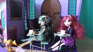 Видео с куклами Школа Монстер Хай, серия 104, Клео потеряла древний амулет, Дракоша дурачит Малефисе