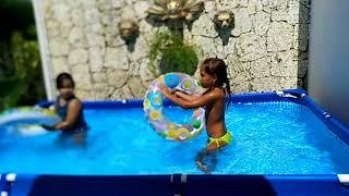 Доминикана. Дети купаются в бассейне. Лето круглый год