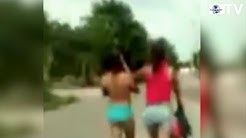 Obliga a caminar desnuda por la calle a adolescente