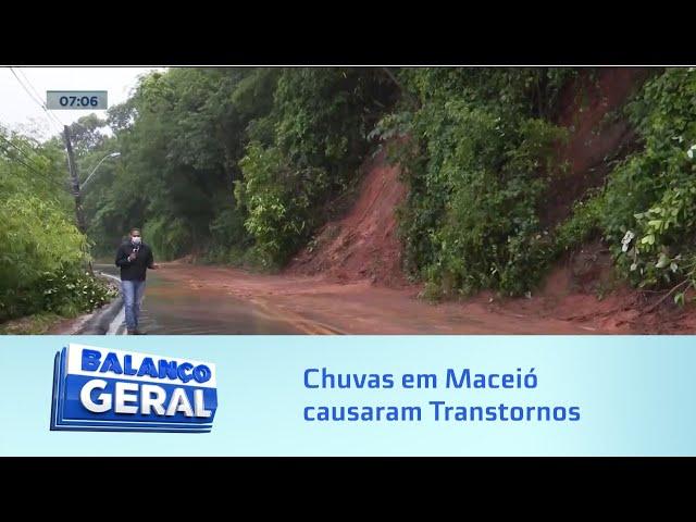 Chuvas em Maceió: Ruas ficaram alagadas, árvores caíram e crateras foram abertas em vários pontos