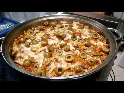 מצה בריי פיצה עם  זיתים רוטב עגבניות, וגבינה צהובה