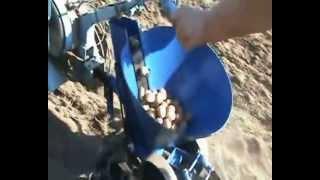 Работа картофелесажалки(официальный сайт: ### www.kruchkov.com.ua ### Приспособление для посадки картофеля! Картофелесажалка! Уважаемые посети..., 2013-04-02T08:06:12.000Z)