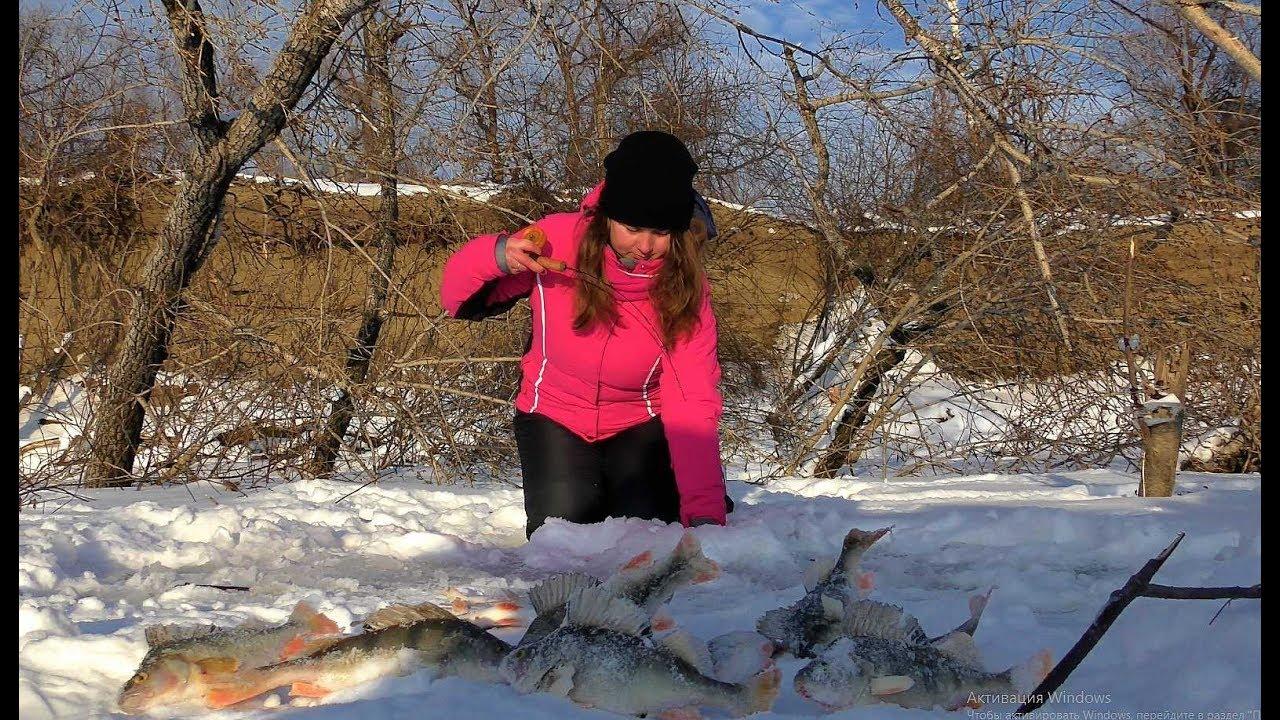 МАША ПОПАЛА НА ОКУНЕВУЮ ЛУНКУ!!!Крупный окунь в корягах!Рыбалка ,балансир,первый лед.