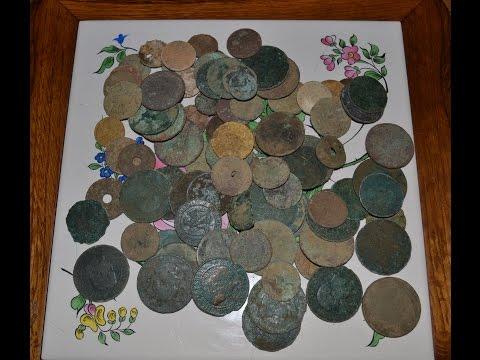 Détection un trésor dans une forêt dépôt monétaire