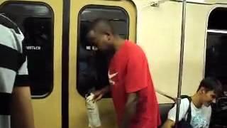 пьяный негр в Российском метро