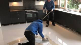 Aanbrengen van gietvloer woonhuis grijs/wit gevlamd