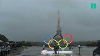 Paris 2024: les anneaux olympiques dévoilés au Trocadéro (et ça a été laborieux)
