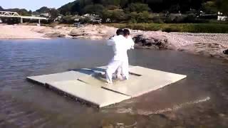 【シュールな動画】川に畳を浮かべて柔道をする男たち