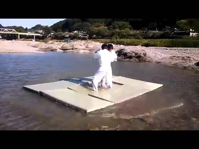 川に畳を浮かべて柔道をしてみました