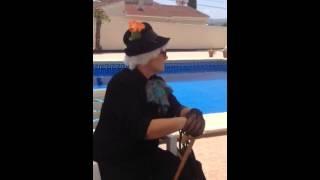 Une Grand-mère tombe dans la piscine