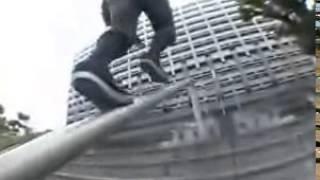 Китаец круто катается на скейте