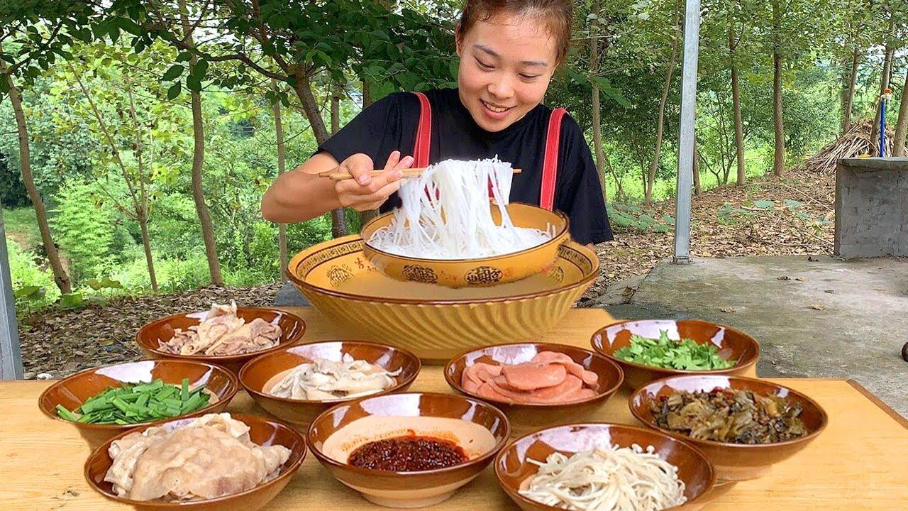 秋妹做正宗雲南過橋米線,一鍋雞湯9種配菜,湯鮮味美太巴适! 【顏美食】