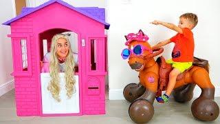 Vlad und Nikita reiten auf einem Spielzeugpferd und helfen der Prinzessin