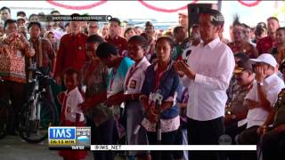 Presiden Jokowi bagikan Kartu sehat, pintar dan keluarga di Papua - IMS