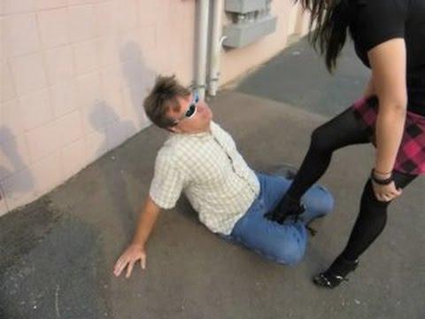 Красивые девушки бьют между ног