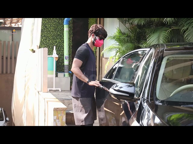 Shahid Kapoor Spotted At Juhu Home
