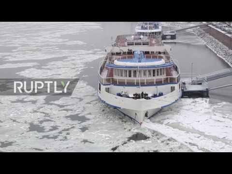Hungary: Icy temperatures bring Danube to standstill