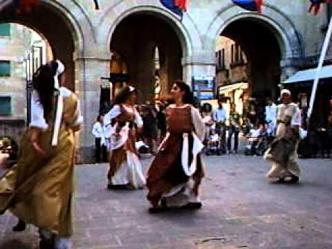 middeleeuwse dans Het middeleeuwse motet bestond uit een clausula met een tekst, die het memoriseren van de melodie zou hebben vereenvoudigd grofweg zijn er twee vormen te onderscheiden: 1in het duplum staat een latijnse tekst die een commentaar bevat op op het gegeven van de tekst waarvan de discantpartij een deel was.