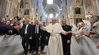 Политика или религия: как папу Римского встречают в странах Балтии
