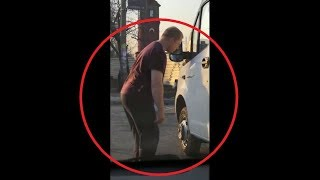 «Загипнотизированный» водитель застыл перед маршруткой и попал на видео в городе Бердск