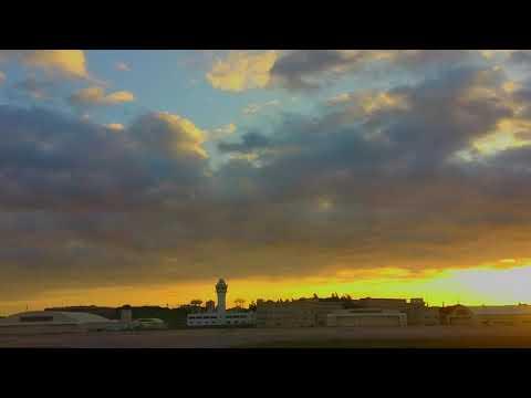 那覇空港テイクオフ。朝日を浴びながら離陸していく。