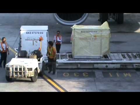 Airport Crews loading/unloading at Kuala Lumpur (KLIA) International Airport (part 1)