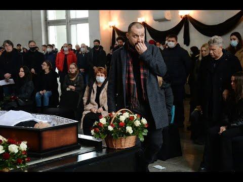 Руслан Белый перепутал похороны. Исполнил кринжестап прямо у гроба.
