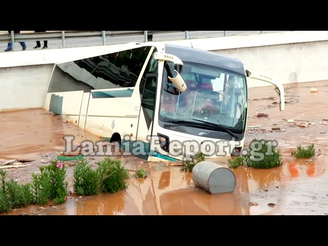 LamiaReport.gr: Χείμαρρος παρασέρνει λεωφορείο στη Μάνδρα