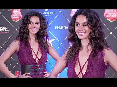 Shibani Dandekar Deep Cleavage Show At Nykaa Femina Beauty Awards 2018 thumbnail