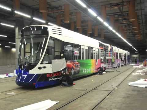 Pose d'autocollant sur tram TPG Geneve - REMARQ