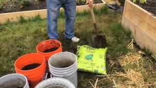 Чем заполняются ведра для выращивания томатов, огурцов, перцев, баклажан.(В этом видео мы показываем чем мы наполняем ведра для выращивания в них овощей., 2015-05-19T22:17:39.000Z)