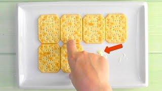 Klebe 8 Kräcker mit Butter auf den Teller! 6 Eier rund...