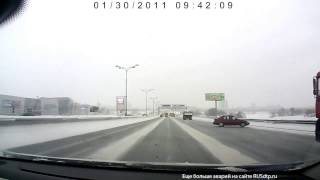 Неуправляемый занос, зимняя дорога ошибок не прощает