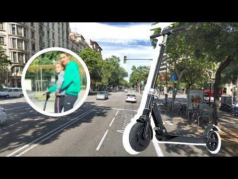 Un taxista graba a una pareja a 80 km/h en patinete eléctrico por el centro de Barcelona