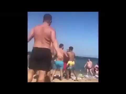 Descomunal pelea en una playa de Barcelona