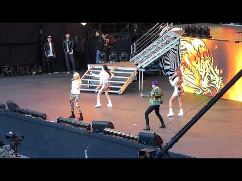 SBS Kpop Super Concert: 2NE1 rehearsing I Love You [fancam]