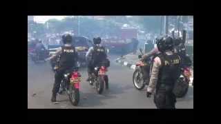 Download Video POLISI SWEEPING MASSA JAKMANIA BERUJUNG BENTROK MP3 3GP MP4