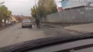 Цигани на машині тягнуть коня