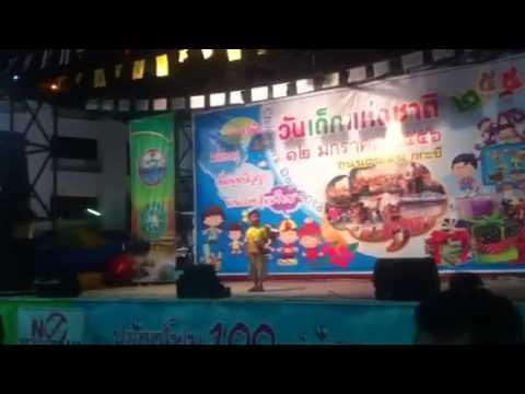 Thais jongetje karaoke
