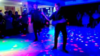 Пацаны красиво  танцуют