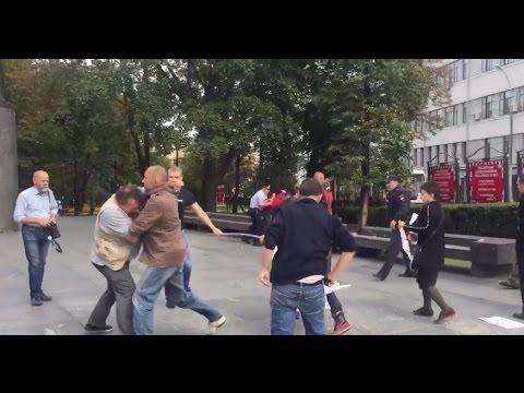 Видео парень дал отпор троим