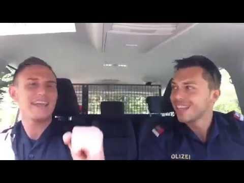 Polizisten hören Helene Fischer's 'Atemlos' im Polizeiauto
