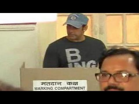 Salman Khan casts his vote at Maharashtra Assembly Elections 2014