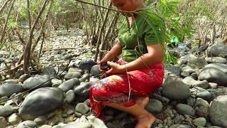 Primitive Technology - finding snail in river - boiled snail eating delicious 09